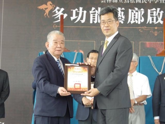 校長張凱瑞頒贈感謝眾給]世界大同村學習型社區協會 朱桐樹 理事長