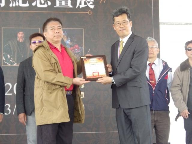 校長張凱瑞頒贈感謝狀給臺灣海峰書畫院執行長鍾光先