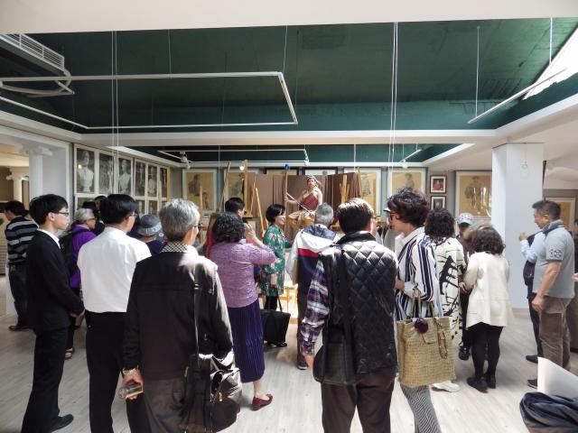 藝廊大廳裡來賓好奇的觀看學生作畫