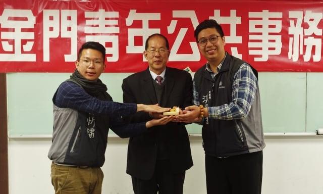 在金門縣稅務局局長王漢文的監交下,林忻棣(左)將印信交付給洪嘉均(右)。(記者簡源良/攝影)