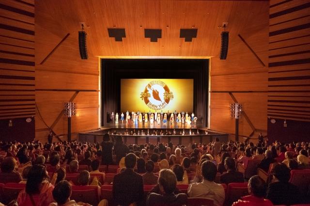 2018年3月21日下午,神韻國際藝術團在台中中山堂展開台中場次的首場演出,全場爆滿並臨時加座,圖為謝幕時爆滿觀眾掌聲不斷感謝神韻藝術家。(記者龔安妮/攝影)