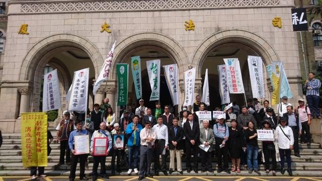 台灣陪審團協會等單位26日到司法院門口召開記者會, 說明5月5日「陪審大遊行」相關事宜。 (中央社)