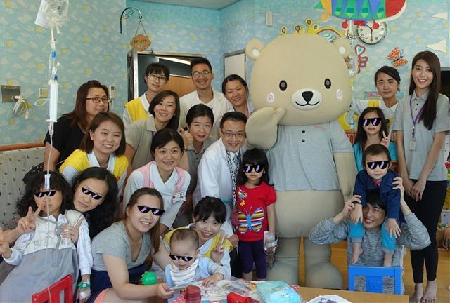 微風執行長陳美汀女士與三總小兒科部田炯璽主任與小朋友們合照。(微風慈善基金會提供)