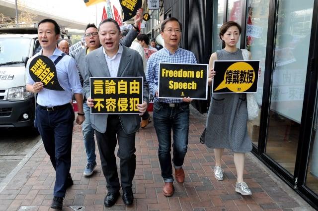 3名公民黨及人民力量立法會議員,連同數十人聲援戴耀廷(前左2),抗議中共與港府干預香港人言論自由。(記者李逸/攝影)