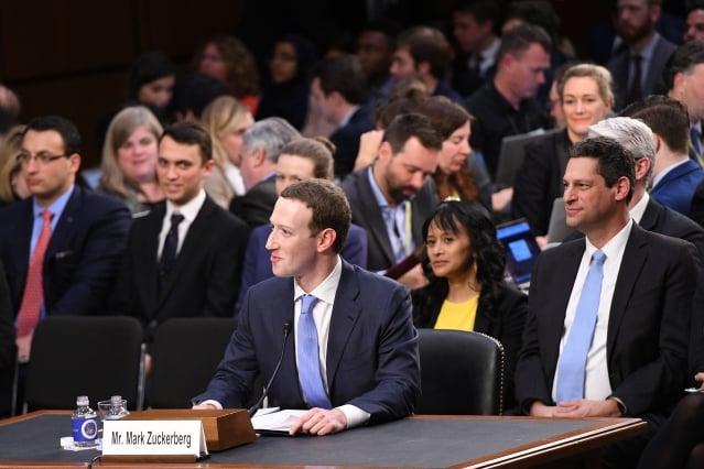 臉書執行長祖克柏(中)10日下午赴美國聯邦參議院進行聽證,在議員的連翻拷問下,雖然祖克柏頻頻道歉,但他沒有承諾支持新法規或改變社群媒體的商業運作模式。(JIM WATSON / AFP)