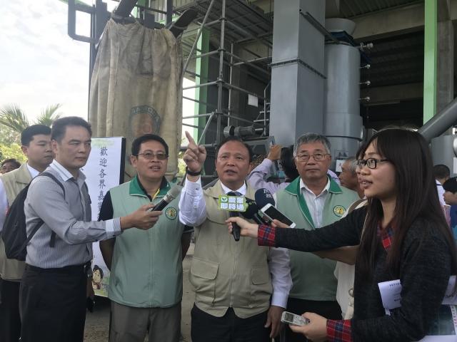 農委會主委林聰賢17日參訪高雄農改場,對於「生物炭發電系統」能加值台灣農業新南向表示肯定。(記者李怡欣/攝影)