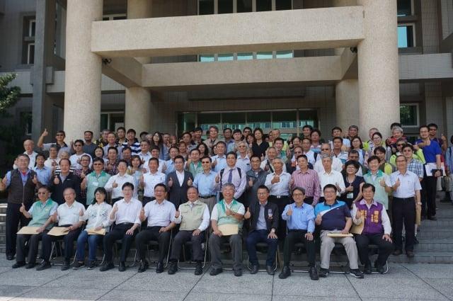 高雄場17日舉行「生物炭發電系統觀摩會」農委會主委林聰賢與農業、綠能等產業人士齊聚合影。