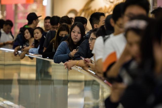 2017年第四季全球智慧手機獲利獲利最高的為iPhone,逆勢成長1%,主要是來自高價的iPhone X挹注。圖為去年民眾排隊買iPhone X。