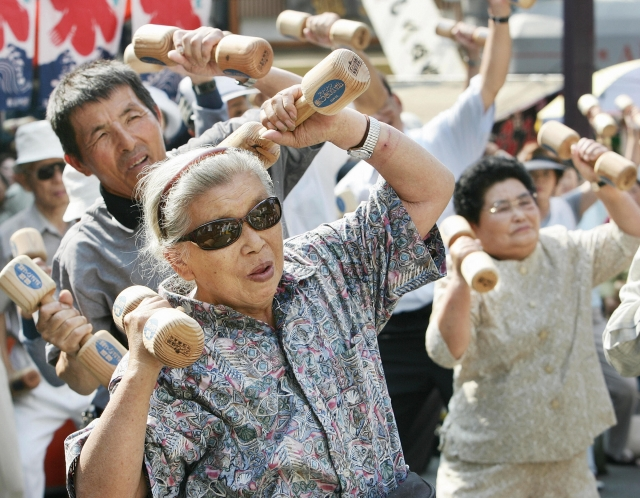 全球最年長的人瑞田島鍋(Tajima Nabi)週六(21日)在日本南部去世,享壽117歲。圖為在東京的Koganji寺院內,正在運動的日本老人。(TORU YAMANAKA/AFP/Getty Images)