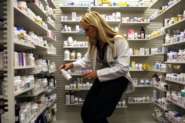 中國已成為許多重要醫療藥物的主要來源,目前尚不清楚美國有多少種藥品來自中國。圖為美國一家藥局。(Getty Images)