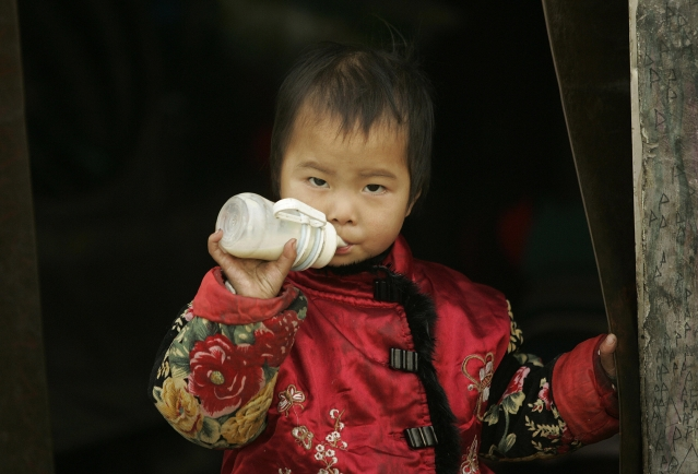 中國製的含三聚氰胺奶粉,至少導致中國6名嬰兒死亡、30多萬名嬰兒患病。(Getty Images)