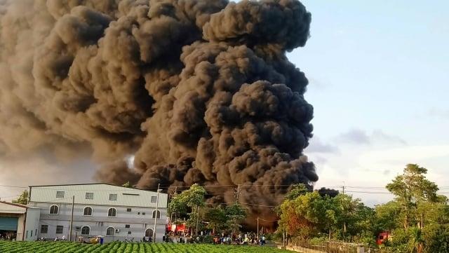 南寮塑膠工廠大火,黑煙一路向北竄,有民眾在台南也看到黑煙。(大紀元讀者提供)
