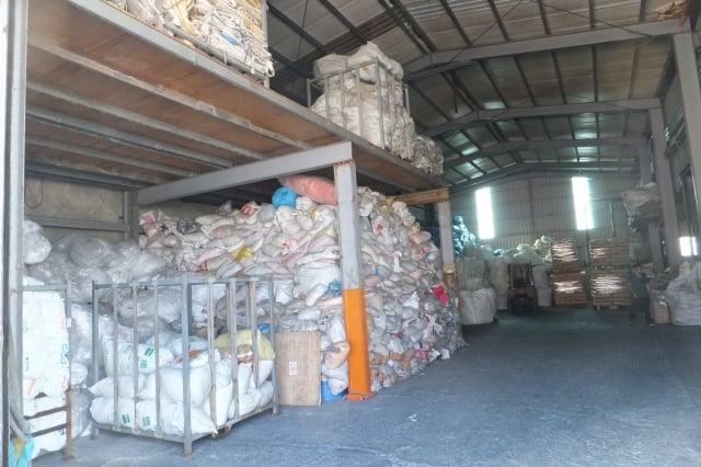 新北市鶯歌區塑膠工廠內堆滿大量廢塑膠。(環保署提供)