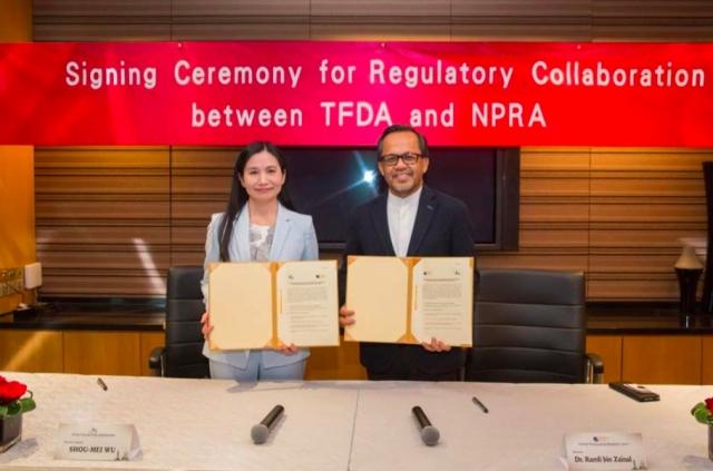 衛福部食藥署與馬來西亞國家藥品管理局(NPRA)簽署「醫藥品管理合作文本」。(衛福部食藥署提供)