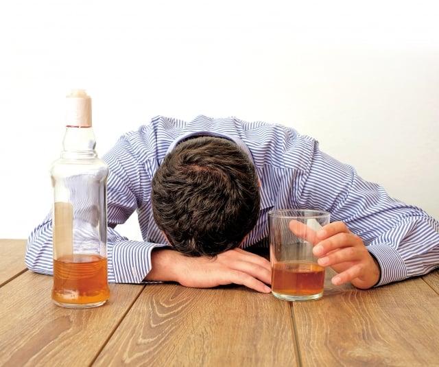酒精(乙醇)主要在肝臟分解解,代謝產物是乙醛,乙醇和乙醛都對肝臟細胞產生直接的毒性作用,使肝臟細胞受損,還會造成酒精性肝炎。(Fotolia)