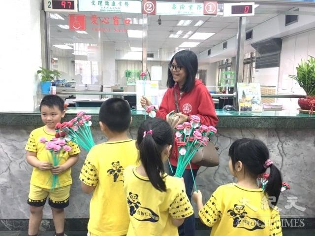 何智仁幼兒園小朋友在郵局門義賣。