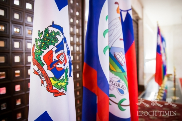 外交部長吳釗燮1日宣布,中共與多明尼加自5月1日建交,中華民國也自即日起終止與多明尼加的外交關係。圖左1為多明尼加共和國國旗。(記者陳柏州/攝影)