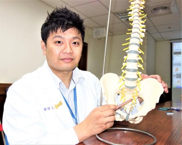 曾福豪醫師表示,骨盆腔腫瘤的症狀和坐骨神經痛相似,常遭誤診。(記者黃玉燕/攝影)