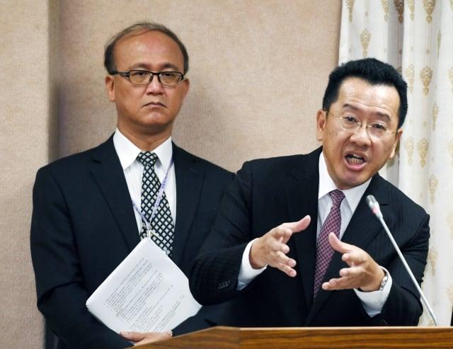 金管會主委顧立雄(右)3 日表示,管中閔未揭露自己的身分及薪資,已違反公司治理。(中央社)