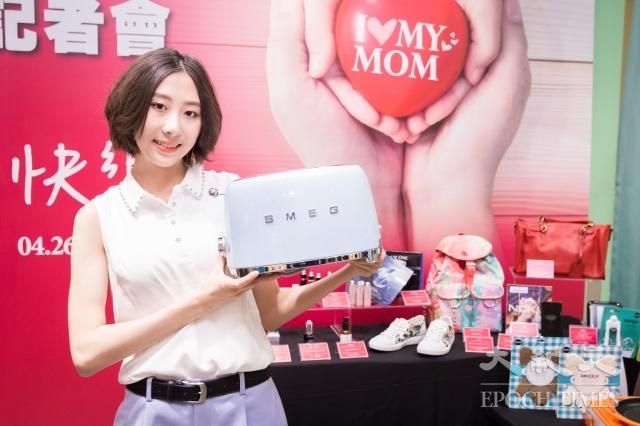 新光三越今年母親節檔期以「I Love My Mom」為主題,針對各類型的母親歸納了「媽媽的心願清單」10大夢幻禮品。(記者陳柏州/攝影)
