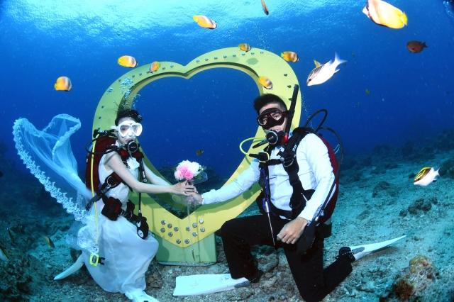綠島海洋之心裝置藝術,可供民眾與魚兒共拍水下浪漫婚紗。