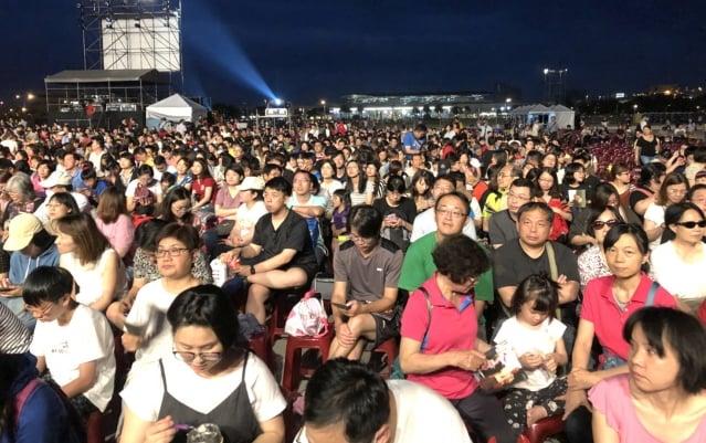 桃園高鐵站前廣場演出,現場湧入約一萬五千人。