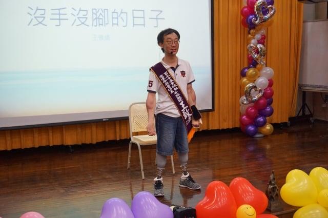 中山大學教師王致遠四肢截肢,不向命運低頭,雙腳裝上義肢、雙手異體移植,重返教職。(記者李怡欣/攝影)