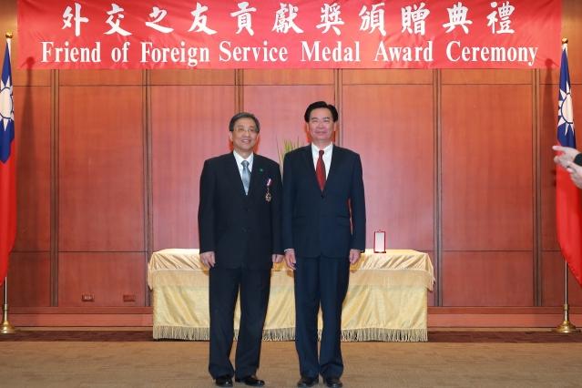 國泰醫院榮獲外交部部長吳釗燮(右)頒贈外交之友貢獻獎肯定,本院李發焜院長(左)代表受獎