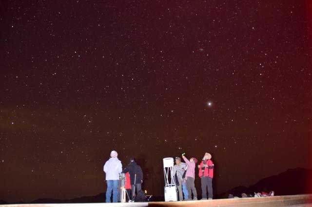 使用天文望遠鏡觀星。