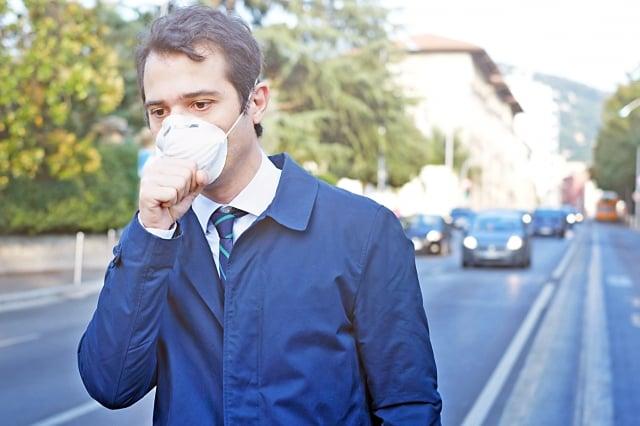 氣喘患者一定要配合醫護人員的囑咐,規則並正確使用吸入器,平日生活外出則建議利用手機監測空氣品質,並且配戴口罩。(Fotolia)