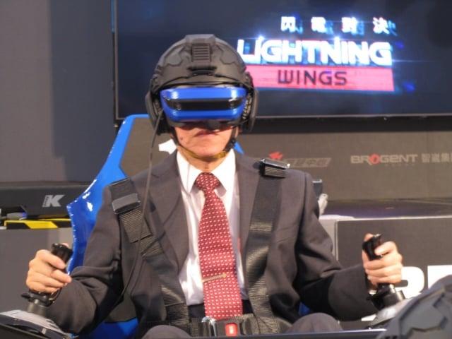 經濟部長沈榮津16日化身電影一級玩家真實版,在「放視大賞」VR體感電競館。