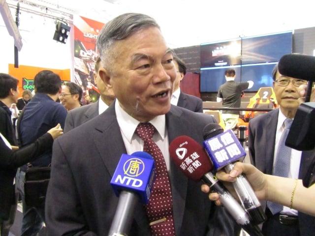 經濟部長沈榮津16日南下高雄參加「放視大賞」數位展。