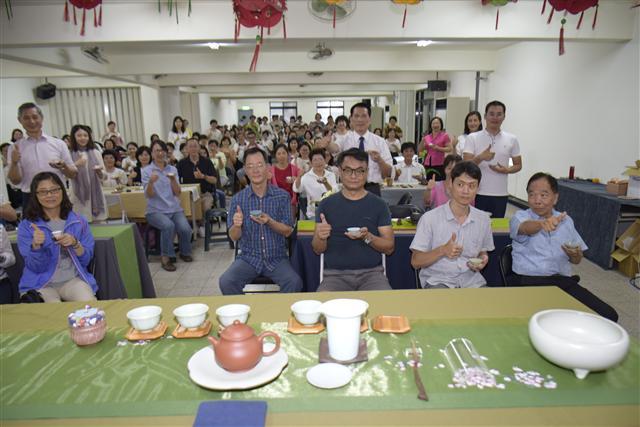 茶文化培訓課吸引將近二百位志工參加,大家力推茶文化。 (蔡修道/攝影)