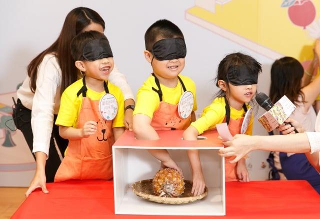 新北菜市夏令營安排小朋友以觸感,感受食材的樣貌。(新北市市場處提供)