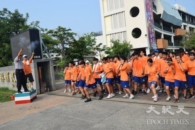 員林國高中學生畢業路跑,個個奮勇爭先。(記者謝五男/攝影)