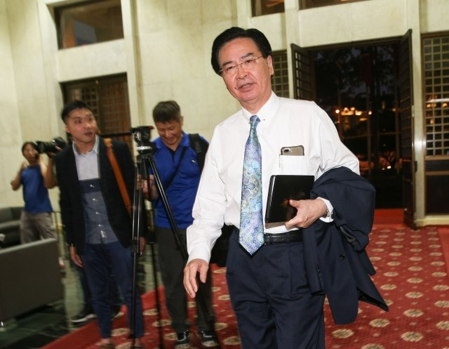 外交部長吳釗燮(右)已口頭向總統請辭。(中央社)