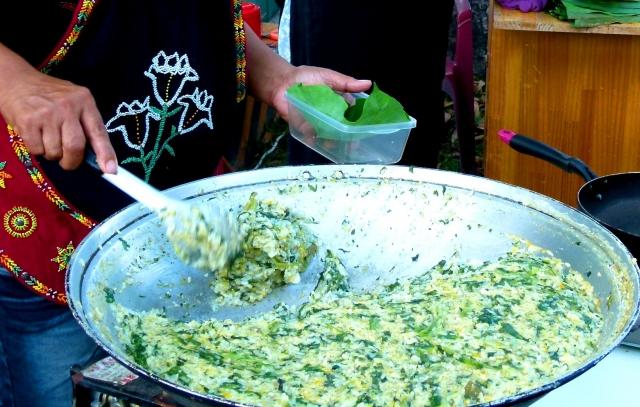 排灣族山地飯,用稻米、小米、紅藜等加上野菜做成雜糧大餐。