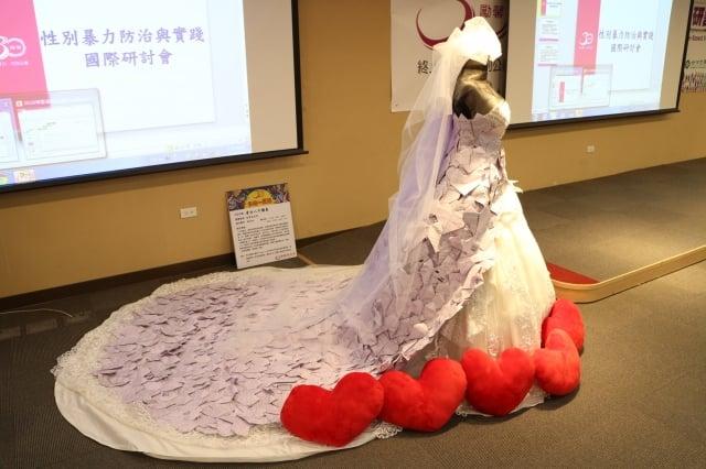 家暴新娘換上象徵新生的白色婚紗。(勵馨基金會提供)