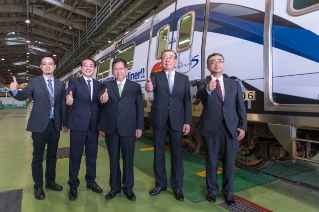 桃捷公司與京成電鐵簽訂合作意向書,內容包括廣告交換、套票優惠、彩繪列車交換等。(桃園市府提供)