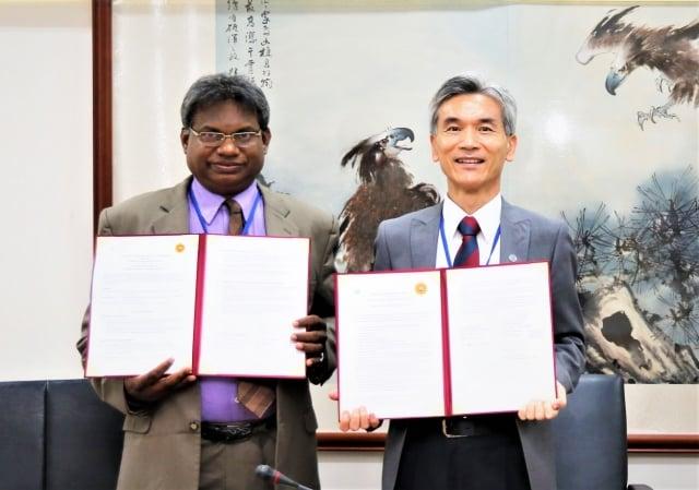 佩拉德尼亞大學化學系教授 Prof. R.M.G. Rajapakse(左)與興大校長薛富盛(右)完成簽約儀式。(中興大學提供)