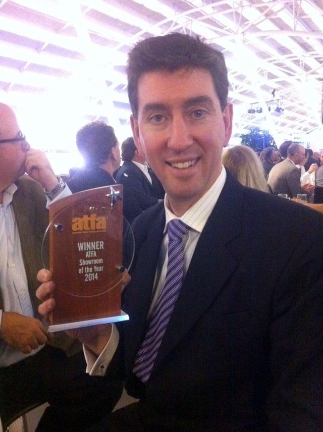 2014年,馬克.哈奇森的公司獲得全澳年度最佳展廳獎。(明慧網)