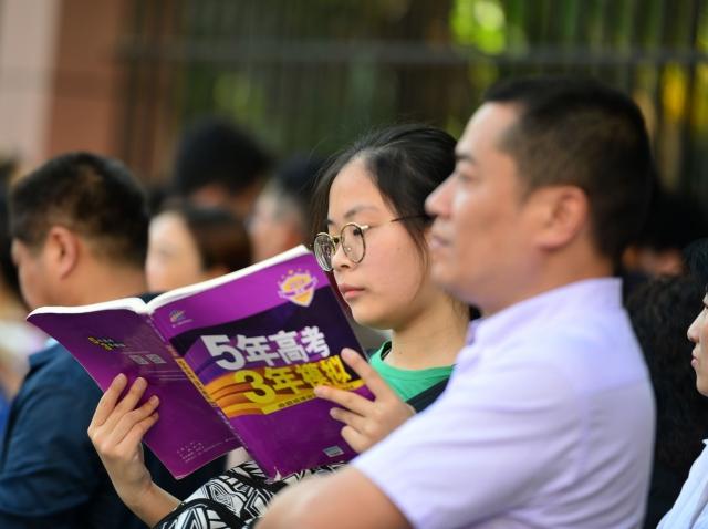 網民諷刺中國2018大考作文題目:「告訴下幾屆考生,多讀書,多出去走走,還要多聽聽黨的報告。」(VCG/VCG via Getty Images)