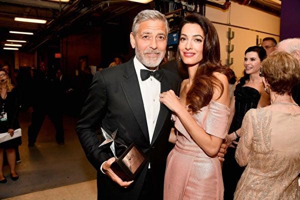 喬治克隆尼(左)獲頒終身成就獎,與妻子艾瑪阿拉穆丁(右)甜蜜合照。 (Frazer Harrison/Getty Images for Turner)