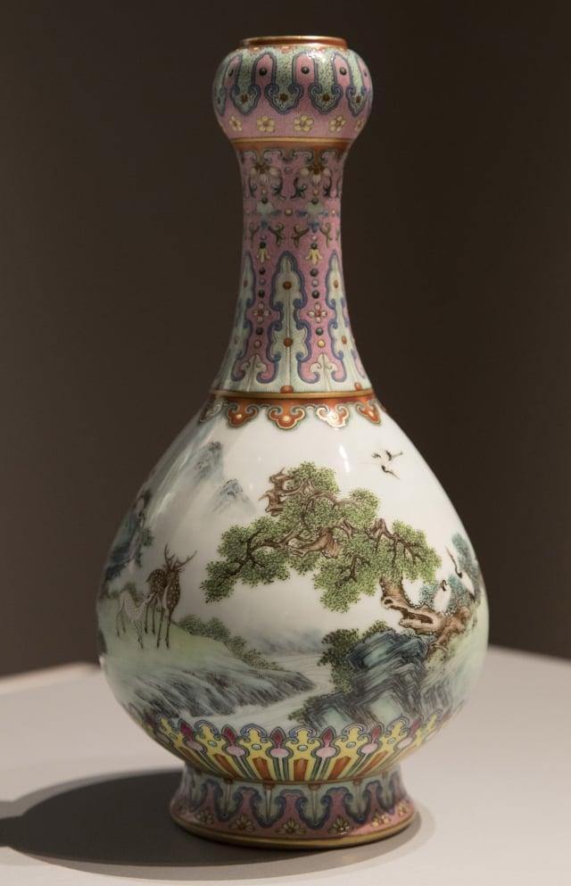 這個30公分高、燈泡形的花瓶,以綠、藍、黃、紫色等微妙色調描繪,被描述為一件保存得非常完好的清代御用瓷器。(Thomas SAMSON/AFP)