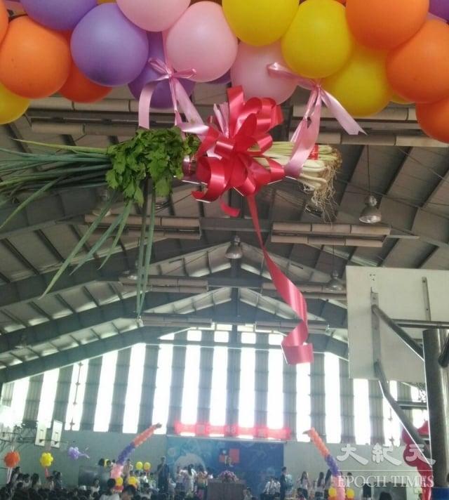 員林國中畢業典禮會場懸掛蔥、蒜及芹菜,耐人尋味。(記者謝五男/攝影)