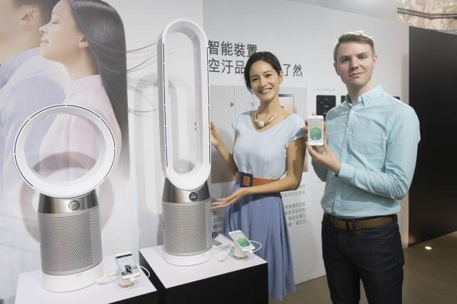 Dyson智慧環境管控東北亞工程師Owen與藝人Janet展示全新Dyson Pure Cool™智慧空氣清淨機與Dyson Link APP。(Dyson提供)