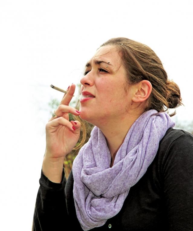 女性更容易因為大腦對尼古丁的反應不同,而戒菸較男性困難。(Fotolia)