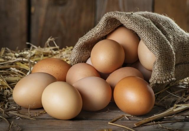 衛福部食藥署建議,民眾最好選購包裝洗選蛋,若買散蛋要檢查蛋殼是否有裂縫或泥沙等殘留。(Fotolia)