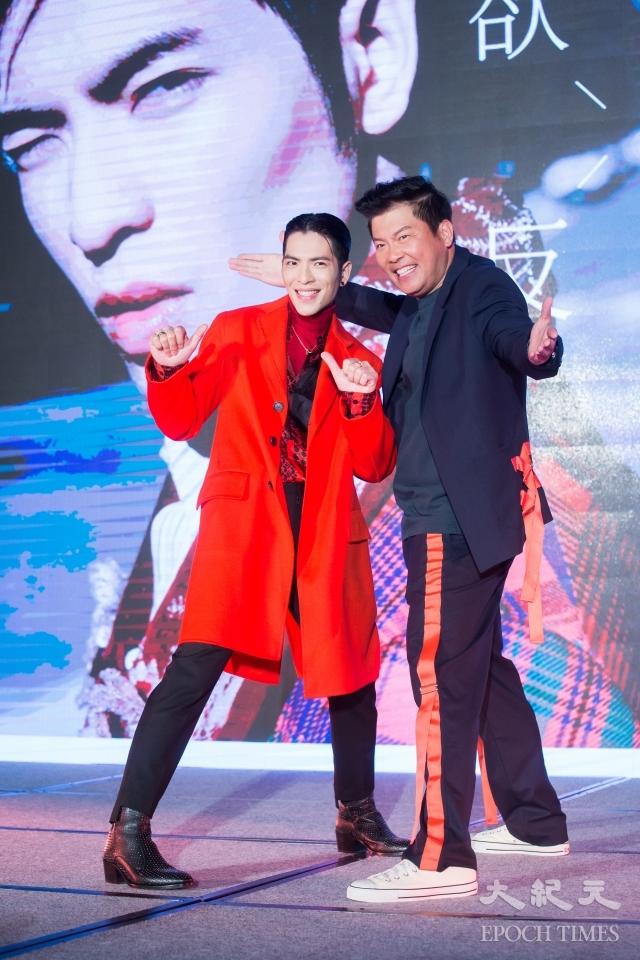 歌手蕭敬騰(老蕭)(左)19日在台北出席《欲望反光》發片記者會,藝人曾國城(右)擔綱主持。(記者陳柏州/攝影)