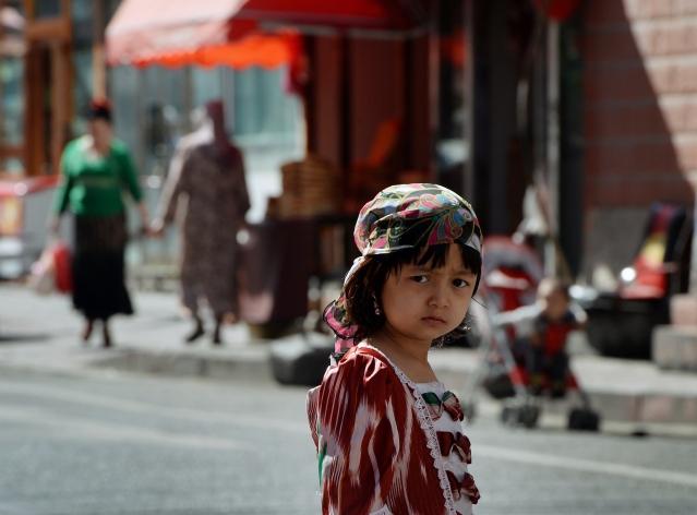 中共對維族人生活的控制滲透到每一個細節,引發民眾的反感。圖為一名維吾爾族小女孩。(MARK RALSTON/AFP)